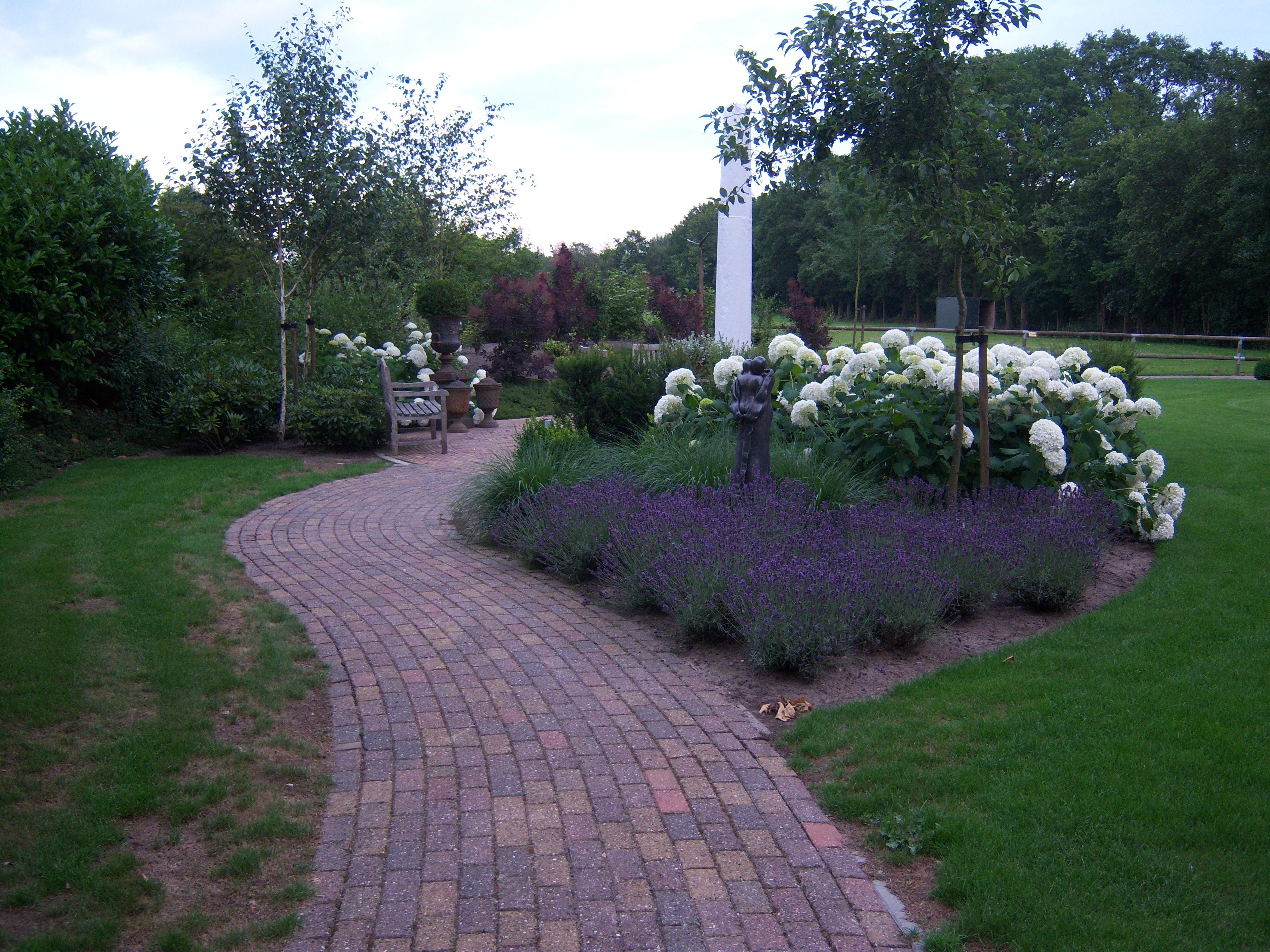 Aanleg landelijke tuin ronde vorm het eesergroen for Landelijke tuin aanleggen